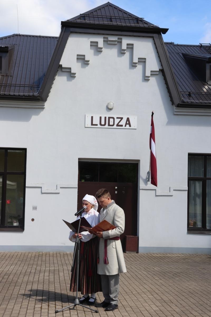 Ludzas Novadpētniecības muzeja speciālisti A.Loseviča un V.Dzevaltovskis nolasīja represēto personu vārdus